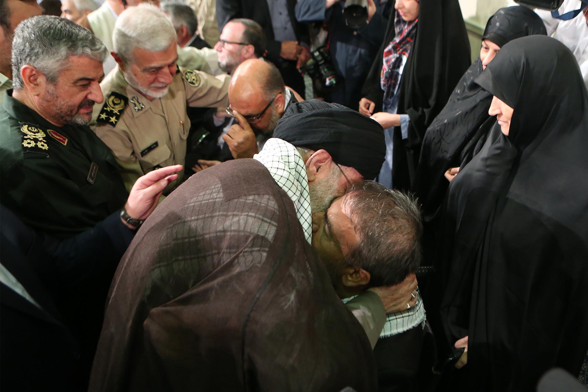 Image result for بیانات بیانات در دیدار جمعی از ایثارگران و خانوادههای شهدا سال 81