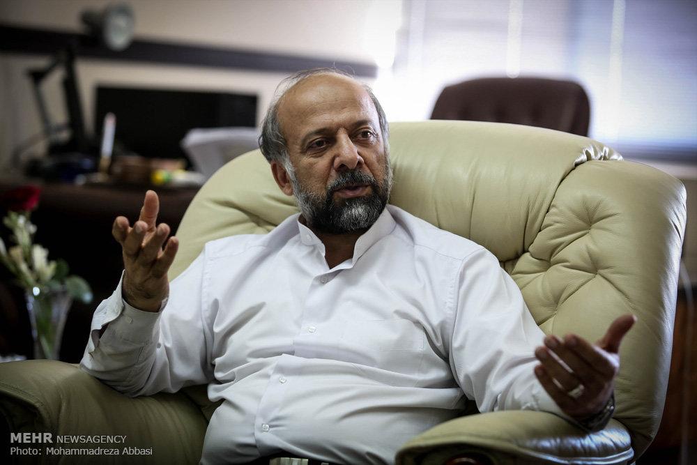 اکران فیلم های «توقیفی» و «مسئله دار» هدیه انتخاباتی دولت به اهالی سینما / سینماگرانی که حاضر به حمایت مجدد از دولت نیستند و  دست و پایی که رئیس سازمان سینمایی دولت روحانی برای بدست آوردن رأی آن ها می زند