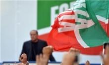 نخست وزیر سابق ایتالیا در آخرین سخنرانی انتخاباتیاش از روی سکو زمین خورد.