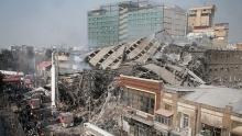برخی از کسبه بخش سالم مانده ساختمان پلاسکو در مقابل این ساختمان در چهار راه استانبول تجمع کردند.