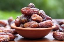 """یک دستیار تخصصی طب ایرانی گفت: """"خرما"""" از میوههایی است که به غذای مطلق نزدیک است اما در مصرف زیاد آن باید اختیاط کرد البته افرادی که ساکن شهرهای خرماخیز هستند از """"خرما"""" بیشترین سود را میبرند."""