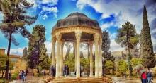 شیراز در ناحیه مرکزی استان فارس قرار گرفته است و دارای آب و هوایی متفاوت نسبت به بخش های دیگر استان فارس می باشد. این شهر در بهار هوایی خنک با وزش بادهای بهاری همراه با بارندگی است و میانگین دما در فروددین ماه 17 درجه سانتیگراد می باشد.در فصل تابستان دارای هوایی گرم و خشک است و میانگین دما در تیرماه 30 درجه سانتیگراد می باشد.