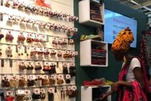 جای ایران در نمایشگاه Foire de Paris که بزرگترین نمایشگاه اروپاست و در آن علاوه بر محصولاتی مانند خوراک و تجهیزات خانه داری، صنایع دستی و سوغات نیز معرفی می شود؛ خالی است.