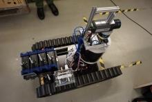 """محققان دانشگاه """"اوربرو""""(Örebro) سوئد رباتی ساختهاند که به دل آتش میزند و نقشهای از محل حریق برای آتشنشانان فراهم میکند."""