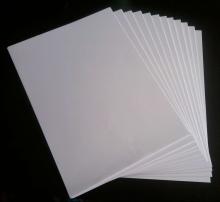 نماینده جمعی از تشکلهای صنعت چاپ و مصرف کنندگان کاغذ از کاهش ۱۲ هزار تومانی قیمت هر بند کاغذ چاپ و تحریر، پس از پیگیریهای انجام شده برای مهار بحران کاغذ در روزهای اخیر خبر داد.