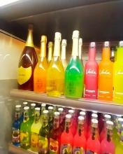 امروز هایپرمارکتها که محل گذر همهی مردم هستند تبدیل شده است به یک عامل مهم در ایجاد حس ناامیدی و شکاف طبقاتی. هایپرمارکتهای برند فروشی که امروز در ویترینهای خود نوشیدنیهایی حاوی طلای خوراکی به فروش میرسانند. بله درست خواندید، طلای خوراکی! آنهم در نوشیدنیهای یک لیتری. نوشیدنیهایی که هیچ خاصیتی جز چشم و هم چشمی و تبرج یا خودنمایی ندارند.