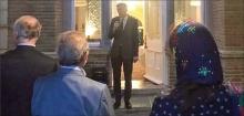 سفیر بریتانیا که احتمالاً به خوبی از قبح «نمک گیر شدن در سفارت انگلیس» در ذهنیت عمومی ایرانیان خبر دارد، هیچ یکی از مهمانان شناختهشدهی این «افطاری» را معرفی نمیکند و هیچ عکس مشخصی هم از مهمانان این مراسم توسط سفارت انگلستان منتشر نشده است.