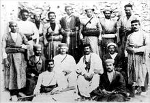 انگلیس که با تحمیل قحطی به مردم ایران، انحراف مشروطه و سپس روی کار آوردن دیکتاتوری چون رضا خان اوج خباثتهای خود را در ایران به نمایش گذاشته بود، در همان دوران با مقاومت مردمی مواجه شد که خواستار پایان دادن به خباثتهای انگلستان در ایران بود.