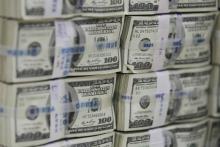 با افزایش نرخ ارز و ركوردزنی عبور قیمت دلار از ۲۰ هزار تومان، برخی از كارشناسان و حتی مردم عادی، كمبود عرضه ارز در بازار را دلیل اصلی این افزایش قیمت دانسته و معتقدند اگر بانک مركزی به بازار ارز تزریق كند، قیمتها خیلی زود فروكش خواهد كرد.