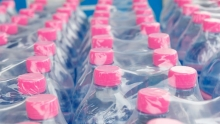 نایلون شیرینگ نایلونی است که در دمای خاصی تولید میشود و بسیار حساس بوده و به دلیل ظرفیت بالای گرمای خود سریع به محصول مورد نظر میچسبد و آن را به طور کامل پوشش میدهد . یکی از ویژگی نایلون شیرینگ این است که باعث جلوگیری از ورود میکروب به محصولات میشود .