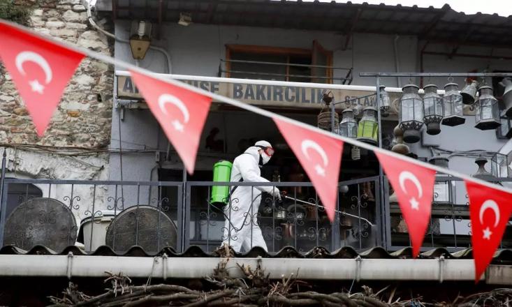سر تا سر ترکیه در وضعیت قرمز کرونایی قرار گرفته است. کرونای جهش یافته انگلیسی موج جدیدی در این کشور ایجاد کرده و باعث شده تا سفرهای بسیاری به مقصد ترکیه لغو شود، با این حال رفت و آمد میان ایران و ترکیه هنوز ادامه دارد.