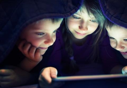 تدوین سند «صیانت از کودکان در فضای مجازی» از ابتدای سال ۹۵ شروع شد و در سال ۹۶ به تصویب رسید. اکنون این سند سه سالی میشود که در صف «شورای عالی فضای مجازی» برای تصویب قرار دارد.