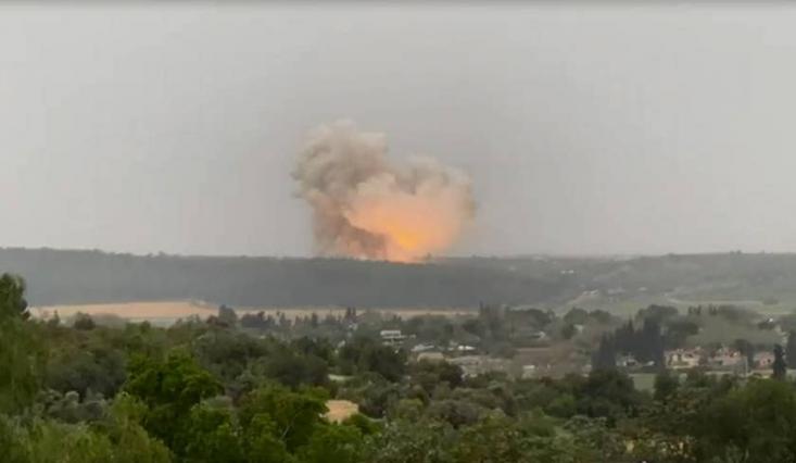 پایگاه خبری «هاآرتص» نوشته است که این انفجار در یک کارخانه مخصوص تولید تسلیحات پیشرفته از جمله موشک به وقوع پیوسته که انواع مختلفی از موشکها را در خود جای داده است.