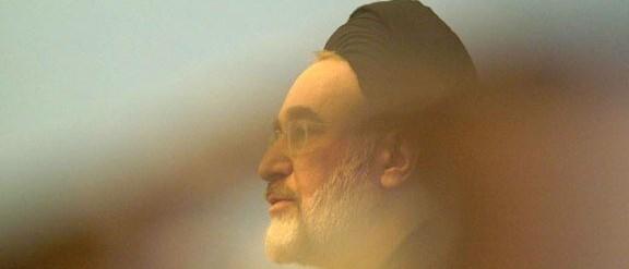 پس از آنکه غلامحسین کرباسچی چندین بار محمد خاتمی را به خاطر بی عملی و عدم رهبری مناسب به باد انتقاد گرفت، حالا فائزه هاشمی طی اظهاراتی، رهبری اردوگاه اصلاحات را زیر سوال برده است.