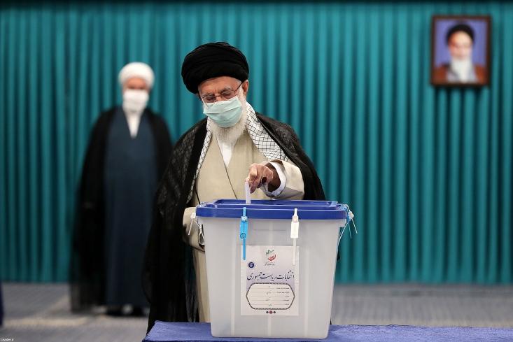 رهبر معظم انقلاب اسلامی رأس ساعت هفت صبح امروز (جمعه) با حضور در محل صندوق سیار ۱۱۰ در حسینیه امام خمینی(ره) آراء خود را به صندوق انداختند.