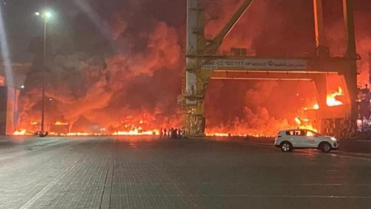 انفجار در نزدیکی منطقه کلابهاوس رخ داده است. گزارشهای اولیه حاکی از هدف قرار دادن مخازن نفت در این بندر است. بندر جبل علی شامل یک پایگاه هوایی متعلق به آمریکاییها است.