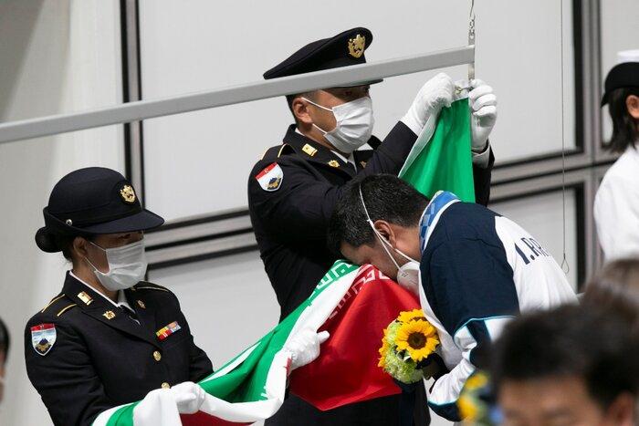 «جواد فروغی» ملیپوش تپانچه کشورمان با کسب مدال طلا در بازیهای المپیک توکیو تاریخساز شد. او با کسب نخستین مدال طلا چراغ اول کاروان ایران را در توکیو روشن کرد.