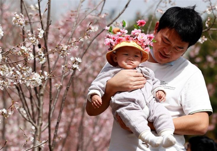 تنها سه هفته بعد از سرشماری نفوس و احساس خطر کاهش جمعیت در چین، قانونی تصویب شد که بر اساس آن، چین برای افزایش نرخ زاد و ولد به طور رسمی قوانین خود را در مورد داشتن فرزند تغییر داد و به زوجها اجازه داده شد، سه فرزند داشته باشند!
