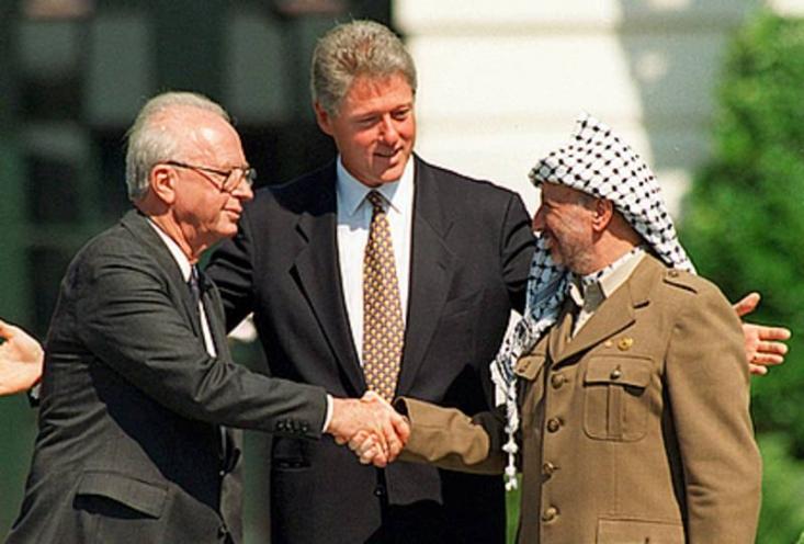 محمد با صدایی شکسته و سرخورده گفت: میخواهم بدانی که قلب من اصلا نمیداند کینه یعنی چه. من نه ماشین میخواهم نه دفتر کار نه سیستم گرمایشی سرمایشی. دستکم الان. تمام چیزی که من میخواهم اینها بفهمند این است که اسرائیل سرشان کلاه گذاشته چون اسرائیل اصلا صلح نمیخواهد.