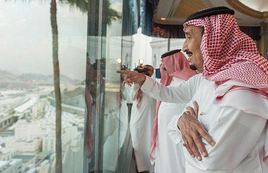 اقتصاد عربستان به تار موی نفت وصل است. درآمد و اقتصاد این کشور متکی بر صادرات نفت است. بزرگترین و مهمترین مرکز نفتی سعودی میدان نفتی غوار است. این میدان بزرگترین میدان نفتی جهان و تامین کننده نیمی از درآمد نفت عربستان است.