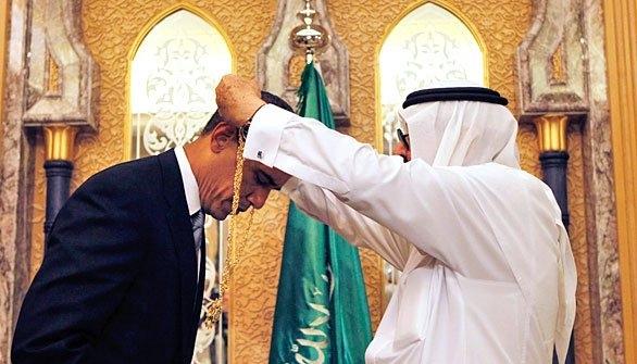 عربستان سعودی در میان کشورهای در حال توسعه، در سالهای 2007 تا 2014 با صرف 86 میلیارد دلار بیشترین خرید نظامی را داشته است و همین موضوع، در پیمانکاران نظامی ایالات متحده این انگیزه قوی را ایجاد میکند که برای پیشبرد لابیهای گسترده و کارساز شدن تبلیغات سنگین تجیهزات و جنگافزارهای نظامی خود،  به عربستان در مدیریت افکار عمومی و تصویرسازی مناسب از حکومت آل سعود کمک کنند.