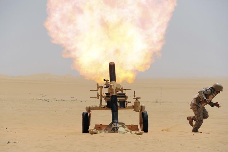 سرباز سعودی در حال شلیک به مواضع حوثی های یمن در مرز عربستان و یمن