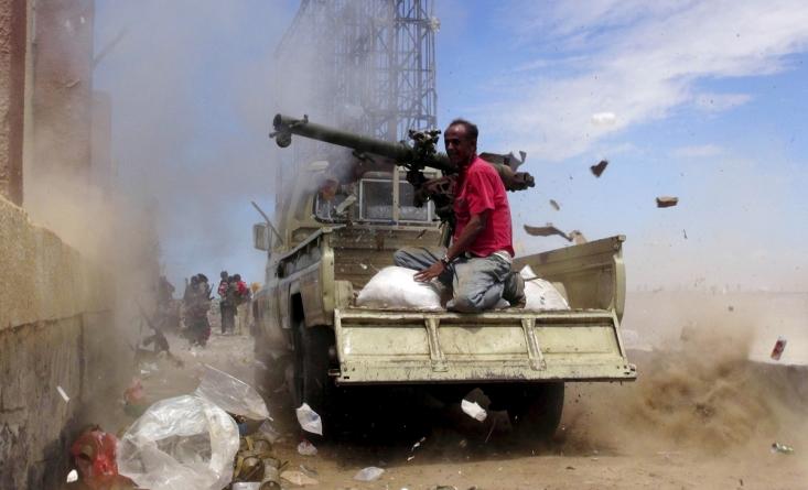 یکی از هواداران منصور هادی  در حال پرتاب راکت به سمت نیروهای گروه حوثی