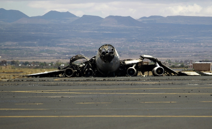 لاشه هواپیمای یمنی که قصد داشت در فرودگاه تحت کنترل انصارالله فرود بیاید و توسط ائتلاف سعودی مورد حمله قرار گرفت