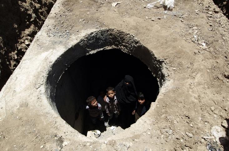 یمنی ها پس از تخریب خانه هایشان توسط سعودی ها مجبورند در این پناهگاه ها از جان خود محافظت کنند
