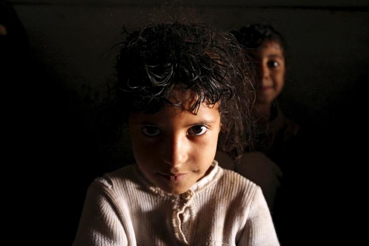 دختر یمنی در کنار مادر و دیگر اقوامش، در پناهگاه از ترس حملات سعودی ها
