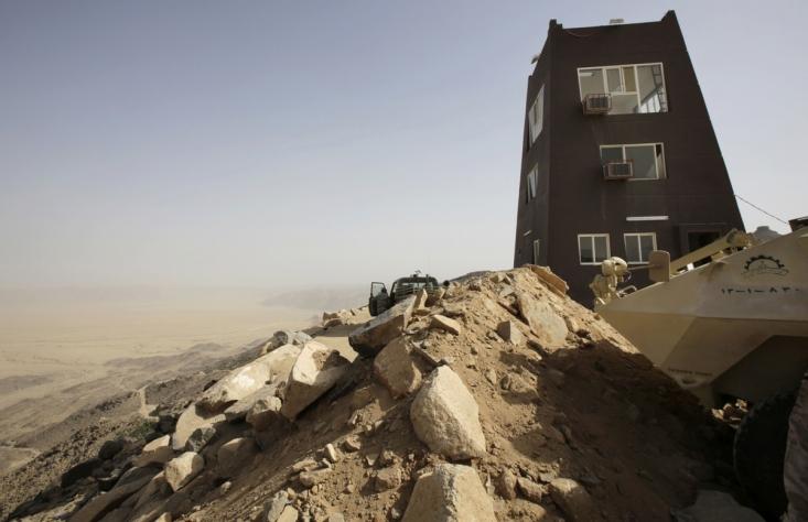 یگ سرباز سعودی در حال گشت زنی در منطقه مرزی نجران پس از درگیری سنگین شبانه