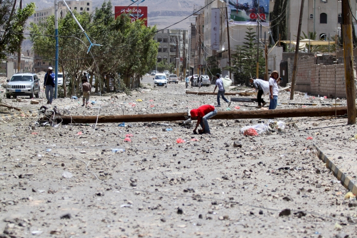 سنگباران شدن خیابان در اثر تخریب ساختمان ها توسط حمله ائتلاف سعودی