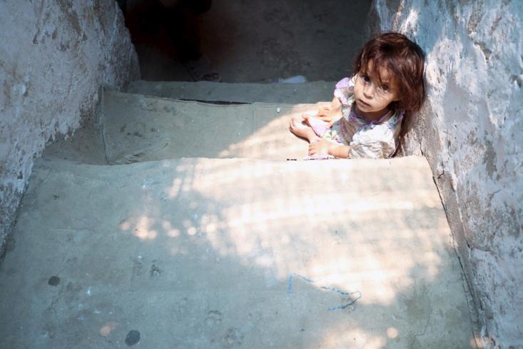 پناه گرفتن یک دختر یمنی پس از حمله هوایی سعودی