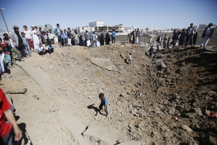 اجتماع مردم در اطراف خانه ای که بر اثر بمباران هوایی سعودی ها تخریب شده است