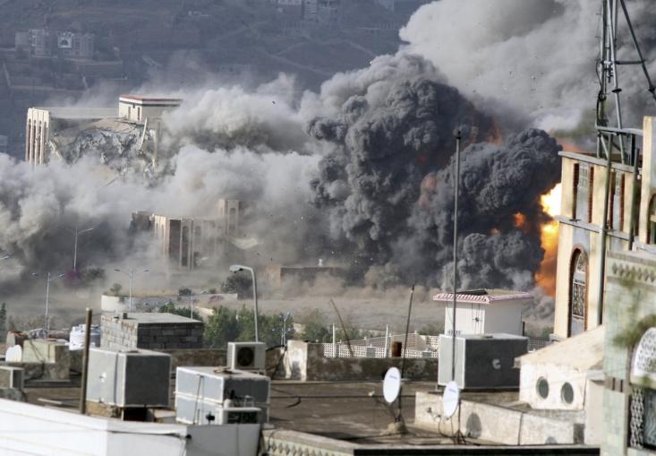 دود انفجار کاخ ریاست جمهوری تعز پس از حمله سعودی ها
