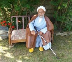 پیرمرد ۱۰۰ ساله مازندرانی با وجود گرمی و شرجی بودن هوا در روزهای اخیر همه روزه ۱۷ ساعت روزه داری را براحتی تحمل می کند و ان را برای جسم وروحش مفید می داند.