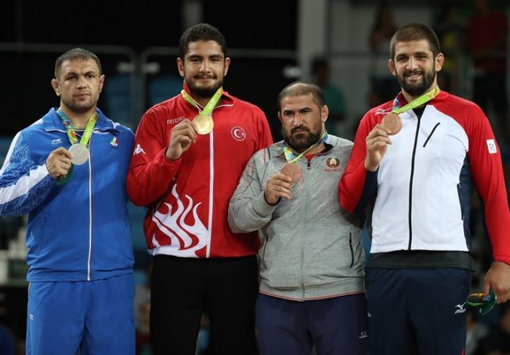 آزادکار وزن ۱۲۵ کیلوگرم تیم ملی کشتی کشورمان با شکست مقابل حریف ترکیهای خود به مدال نقره بازیهای المپیک ۲۰۱۶ ریو دست یافت.
