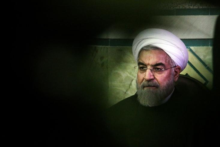 امروز حسن روحانی مدعی است که سیاست های دولت یازدهم برای پیگیری حقوق زایران ایرانی در حال نتیجه بوده است ولی تحرکات داخلی مانع آن شده است که دولت بتواند برنامه خود را اجرا کند. اما این سخن در حالی است که واقعه تعرض به سفارت عربستان نزدیک به صد روز بعد از حادثه منا رخ داده بود. در واقع بر فرض این که این اتفاق مانع اقدامات دیپلماتیک باشد، اما نکته حائز اهمیت اینجا است که دولت یازدهم بیش از صد روز فرصت در اختیار داشته است که وظایف خود در قبال ملت ایران را انجام دهد. با این وچود سیاست منفعلانه ای که دولت یازدهم در پیش گرفته بود اگر هزار روز هم زمان در اختیار داشت باز بعید به نظر می رسد که نتیجه بخش می بود. چرا که آشکار ترین فشار سیاسی-حقوقی دولت یازدهم به نصب ربان مشکی بر یقیه کت و زانو زدن برابر امیر کویت خلاصه شده بود.
