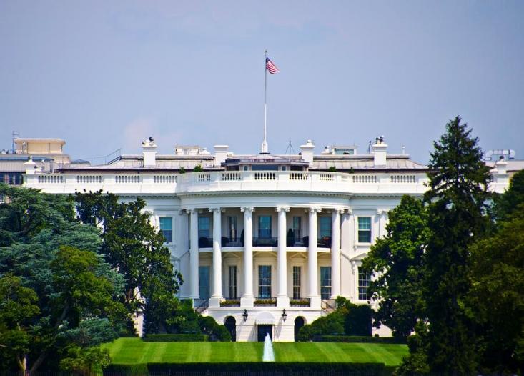 در سال 1791، اولین رئیسجمهور آمریکا محل ساخت و طرح نهایی کاخ سفید را تأیید کرد. در سیزده اکتبر 1792، ساختمان پیریزی شد و تعدادی از فراماسونها ساختوساز را آغاز کردند.