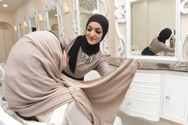 این خانم که هدی قحشی نام دارد خودش دچار مشکل آرایشگرهای مرد و حفظ حجاب در سالن مردانه-زنانه بوده بطوریکه نهایتا برخی از آرایش گاه ها به او گفته اند از سرویس دادن به او معذور هستند. حالا با تاسیس این  سالن آرایشی جدید او امیدوارست بتواند زنان مسلمانی که دچار مشکلات مشابهی هستند را جذب کند.