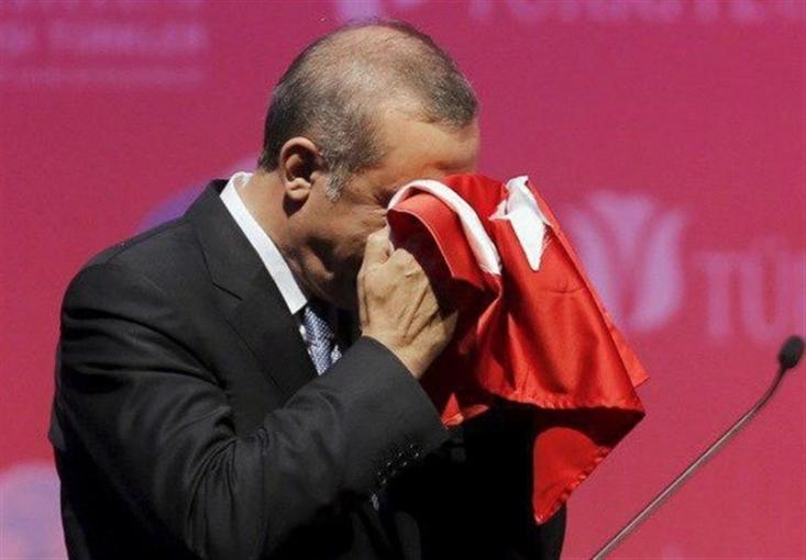 ترکیه تمام تلاشش را برای پیوستن به اتحادیه اروپا انجام داد؛ هر کاری کرد، حتی مجازات اعدام را در سال 2002 حذف کرد اما این همه اقدامات بنده نواز باز هم کفاف نکرد و اتحادیه اروپا همچنان دست رد بر سینه ترکیه زد. برخی از جوانان ترکیه این روزها میگویند که پیش از به دنیا آمدنشان رویای پیوستن به ترکیه در فکر پدرانشان بوده است.