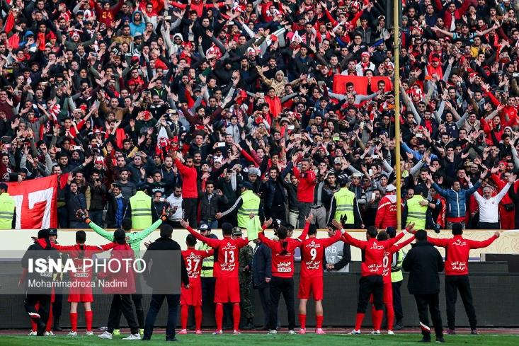تیم فوتبال پرسپولیس موفق شد با چهار گل پدیده مشهد را در هم کوبید تا جشن قهرمانی سرخپوشان شیرینتر شود.