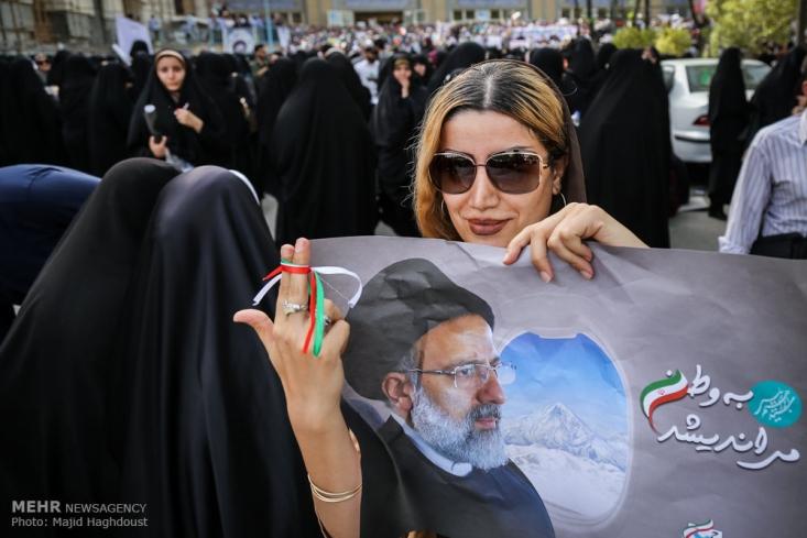 دیروز همایش طوفانی حامیان رئیسی ساعت 16:30 در مصلای تهران برگزار شد و قیامت تهران نشان داد که کار تمام است. همه آمدند تا نشان دهند که دولت پیر و خسته دیگر به آخرین روزهای خود رسیده است. تا آخر هفته، روحانی رفته.