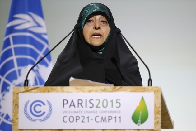 در توافق نامه پاریس، تعهداتی است که به هر حال متوجه ما خواهد کرد که اگر تا سال 2030 یا 2025 نتوانیم ساختارهای اقتصادی کشور را در راستای کاهش گازهای گلخانهای تصحیح کنیم ( که این خود نیازمند سرمایهگذاری و تغییر تکنولوژی خواهد بود) می بایست خسارت بپردازیم. در این صورت میبینیم که این توافقنامه به عوض این که برای ما تسهیلکننده باشد، محدودیتزا خواهد بود؛ آن هم در شرایطی که ما در رکود به سر میبریم. از سوی دیگر ما مواجه با تحریمهای ناعادلانه هستیم و اگر قرار باشد تغییری هم اتفاق در بخشهای مختلف صنعتی بیفتد، ما نیازمند لغو کلیه تحریمها هست.»