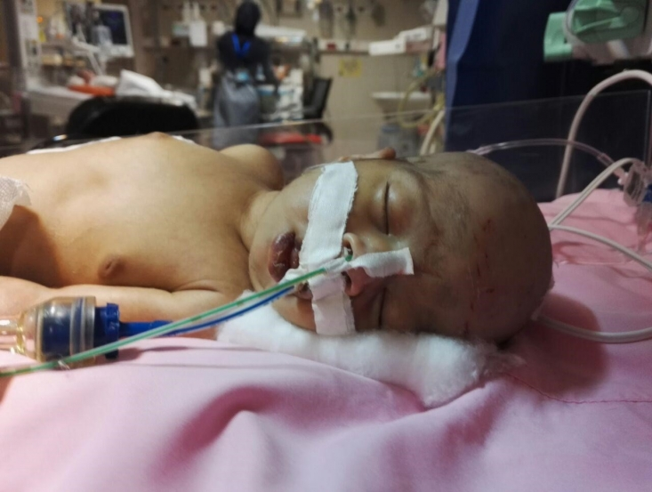 """کودک 3 روز در بخش مراقبت های ویژه بیمارستان خصوصی (""""د"""") شیراز بستری است؛ 5 بار هزینه معاینه پزشک متخصص می دهند، اما تشخیص بیماری که به کنار، متخصصین محترم حتی متوجه نمی شوند که قلب کودک در سمت راست بدنش قرار دارد. بهتر است گفته شود وقت نگذاشتند که بفهمند. وقتی که پرداختی به پزشک در ایران بر خلاف بسیاری از کشورها، بر اساس تعداد ویزیت است، پزشک کاسبکار وقتی برای مریض نمی گذارد و همواره در تلاش است که تعداد ویزیت شدگان را افزایش دهد تا درآمدش از این هم بیشتر شود."""