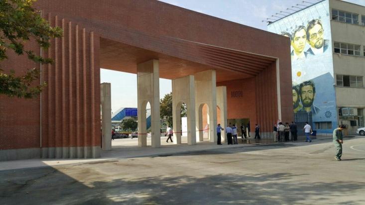 سر در جدید دانشگاه شریف پس از گذشت حدود دو سال از آغاز عملیات عمرانی صبح امروز افتتاح شد.
