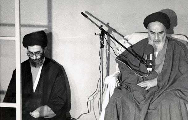 هاشمی رفسنجانی در خاطرات روز 21 شهریور مینویسد: آقای خامنهای بعد از ظهر به دفتر من آمدند. ایشان را برای پذیرفتن ریاست جمهوری قانع کردم. ایشان معتقد نبود که روحانی رئیسجمهور شود و از طرفی مریض هم هستند و از یک دست نمیتوانند استفاده کنند. کاندیدای مناسبی غیر از ایشان نداریم. عصر هم در جلسه شورای مرکزی حزب [روی] همین تصمیم تاکید شد.