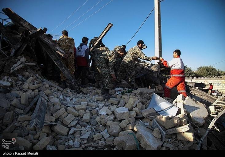 هنوز میزان خسارت دقیق این حادثه مشخص نشده بود که اعلام شد حدود 180 میلیون نفر این زلزله را حس کردهاند. فضای مجازی و رسانه ها پرشده بود از انبوه اخبار و عکس و فیلم. برخی رسانه های غیر رسمی عکس هایی از سراسر دنیا به اسم خسارات زلزله در کرمانشاه و سر پل ذهاب منشر کردند که بعد اعلام شد عکس ها برای مصر و ایتالیاست و نه مسکن مهر.