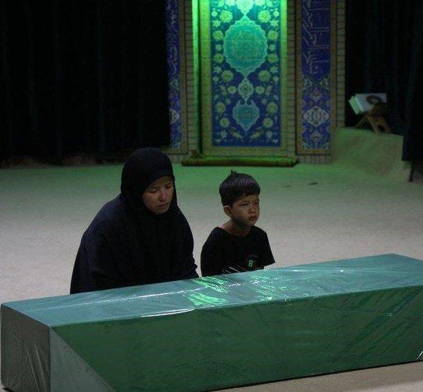 بچههای افغانستانی میان رزمندگان مقاومت به شجاعت و نترس بودن معروفند. گویا شجاعت در میان آنان موروثی است. مشهور است که میگویند فاطمیون، لشکری است که تروریستها از آنان میترسند، تا جایی که گاهی برخی گروههای دیگر وقتی میخواهند در مقابل تکفیریها جلو بروند و پیشروی کنند از فاطمیون میخواهند که پرچمشان را گرفته و با خود ببرند و دشمن بهگمان اینکه رزمندگان فاطمیون بهسراغشان میآیند ترسیده و فرار کنند. این پرچم فاطمیون مقدس است و در دنیا اثرگذار بوده است.