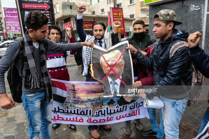 فلسطینیان کرانه باختری و نوار غزه و مردم در کشورهای اردن، لبنان و ترکیه در اعتراض به تصمیم آمریکا برای اعلام قدس به عنوان پایتخت رژیم صهیونیستی تظاهرات کردند.